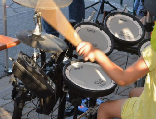 Musikweltkinder präsentieren Instrumente